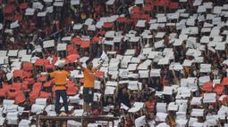Suporter Persija Jakarta, The Jakmania, melakukan koreografi ketika memberikan dukungan saat melawan Bali United pada final Piala Presiden di SUGBK, Jakarta, Sabtu (17/2/2018). Persija menang 3-0 atas Bali United. (Bola.com/Vitalis Yogi Trisna)