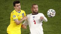 Bek Timnas Inggris Luke Shaw (kanan) tampil mempesona pada pertandingan kali ini. Gol ketiga The Three Lions lagi-lagi melaluin andil umpan matangnya ke jantung pertahanan Ukraina. (Foto: AP/Pool/Alessandro Garofalo)