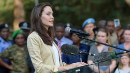 Angelina Jolie memberikan sebuah pernyataan di depan penampungan korban kekerasan seksual dan gender di Nairobi, Kenya, (20/6). Kunjungan Angelina Jolie ini guna merayakan Hari Pengungsi Dunia. (AFP Photo/Simon Maina)