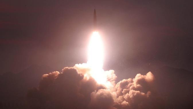 Peluncuran dua rudal taktis terbaru Korea Utara selama demonstrasi untuk mengenai sasaran di pulau kecil yang ditargetkan di lokasi bagian barat yang dirahasiakan (7/8/2019). (KCNA VIA KNS/AFP)