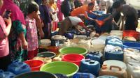 Penyaluran air bersih menggunakan water canon di Karawang. (Liputan6.com/Abramena)