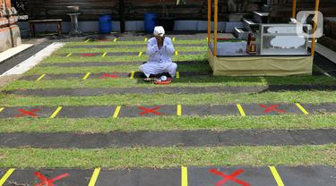 Penanda jaga jarak fisik atau physical distancing terpasang di Pura Kerta Jaya, Kota Tangerang, Banten, Rabu (3/6/2020). Pura Kerta Jaya menerapkan pemberlakuan protokol kesehatan selama masa pandemi virus corona COVID-19 seiring rencana kembali dibukanya tempat ibadah. (Liputan6.com/Angga Yuniar)