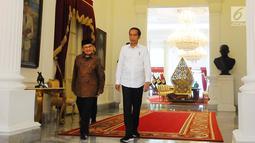 Presiden Joko Widodo atau Jokowi (kanan) saat menerima kunjungan Presiden ketiga RI BJ Habibie di Istana Merdeka, Jakarta, Jumat (24/5/2019). Habibie disambut oleh Jokowi yang mengenakan kemeja putih. (Liputan6.com/Angga Yuniar)