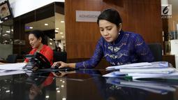 Dua tenaga administrasi kenakan baju kebaya saat peringati Hari Kartini di RS Siloam TB Simatupang, Jakarta, Sabtu (21/4). Kegiatan ini untuk mengenang jasa-jasa Kartini sebagai sosok pejuang wanita. (Liputan6.com/Fery Pradolo)