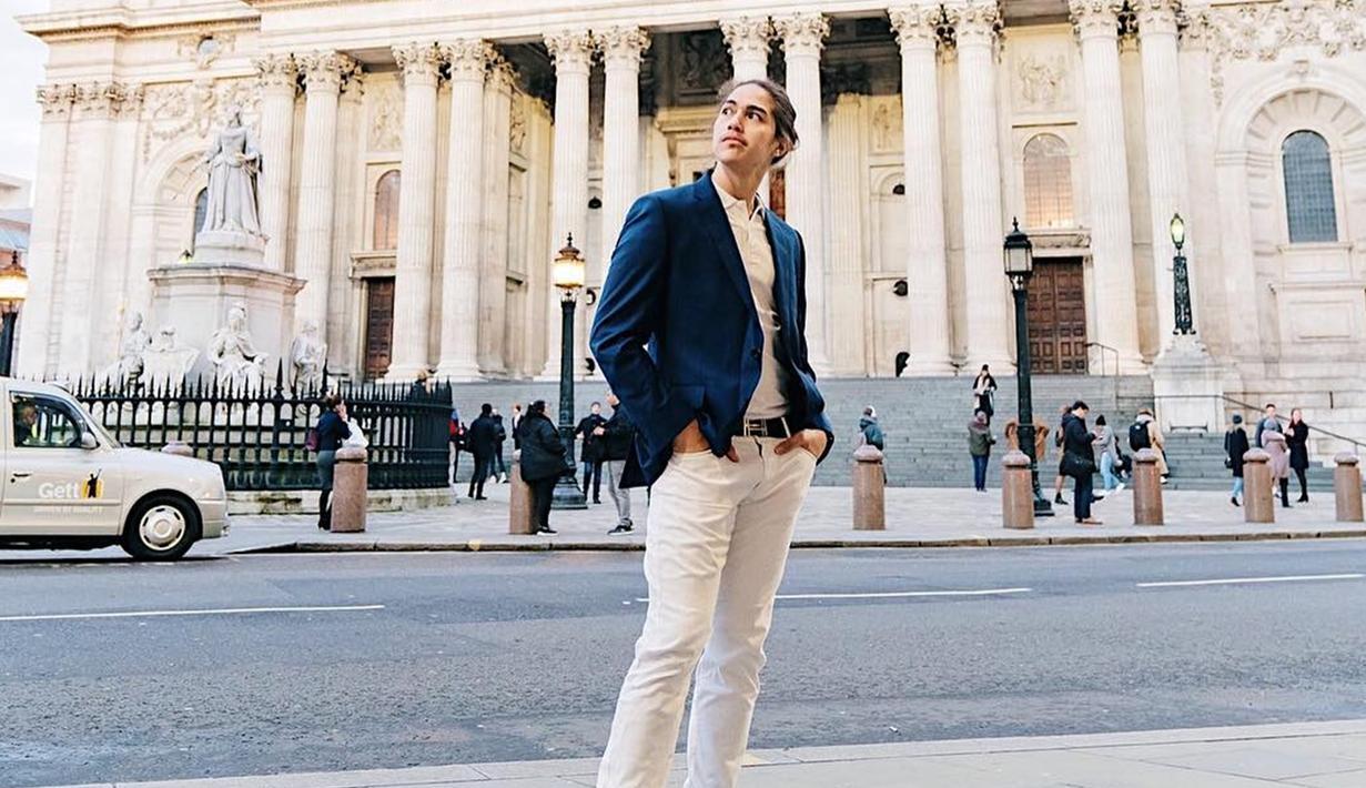 Begini gaya El saat menggunakan jas berwarna dongker yang dipadukan dengan kemeja dan celana putih. Penampilan El Rumi dengan pakaian formal ini membuatnya terlihat lebih mempesona. (Liputan6.com/IG/@elelrumi)