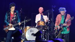 Musisi The Rolling Stones, Ronnie Wood, Charlie Watts dan Keith Richards saat tampil dalam konser bertajuk No Filter di The Velodrome Stadium, Marseille, Prancis, Selasa (26/6). (AFP PHOTO / Boris Horvat)
