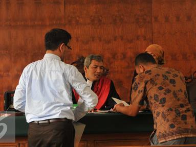 Ketua Hakim, Sutarjo berbincang dengan kuasa hukum Masyarakat Anti Korupsi Indonesia (MAKI) dan KPK saat sidang putusan permohonan praperadilan kasus Bank Century di Pengadilan Negeri Jakarta Pusat, Senin (2/11). (Liputan6.com/Gempur M Surya)