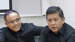 Sekjen PDIP Hasto Kristiyanto (kanan) didampingi Bupati Banyuwangi Abdullah Azwar Anas saat diskusi bersama ruangguru.com di Jakarta, Jumat (4/5). Anas ditunjuk karena sudah menerapkan kerja sama dengan ruangguru.com. (Liputan6.com/Herman Zakharia)