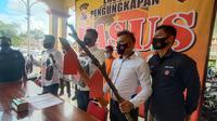 Polisi Tampilkan Barang Bukti Murid Bunuh Guru Silatnya. (Senin, 01/03/2021). (Liputan6.com/Yandhi Deslatama).