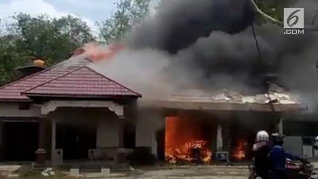 Seorang pria di Desa Jaya Karet, Kalimantan Tengah, nekat membakar rumah dan toko bangunan milik warga. Diduga dendam perselingkuhan menjadi penyebab amarah pria tersebut.