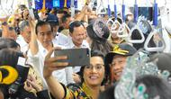 Presiden Joko Widodo mencoba moda transportasi MRT dari Stasiun Bundaran HI-Lebak Bulus di Jakarta, Selasa (19/3). Jokowi mengajak sejumlah Menteri Kabinet Kerja menjajal MRT Jakarta. (Liputan6.com/Angga Yuniar)