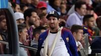 Megabintang Barcelona, Lionel Messi memasuki lapangan untuk menyaksikan rekan-rekannya menghadapi Inter Milan dalam laga ketiga Grup B Liga Champions di Camp Nou, Rabu (24/10). Bermain tanpa Messi, Barcelona mampu menang 2-0 atas Inter (AP/Manu Fernandez)
