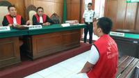 Terdakwa ZA saat menjalani persidangan yang digelar hari ini, Selasa (3/4/2018), di Ruang Tirta 2, Pengadilan Negeri Surabaya. (suarasurabaya.net/Anggi)