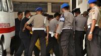 Petugas kepolisian membawa kantong jenazah masuk ke ruang jenazah di RS Bhayangkara Palu, Sulawesi Tengah, Selasa (17/7). Dua jenazah diduga teroris Santoso alias Abu Warda dan Muhtar yang tewas dalam baku tembak itu akan diidentifikasi. (OLAGONDRONK/AFP)