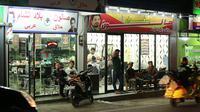 Toko-toko dengan plang beraksara Arab di Warung Kaleng, Cisarua, Jawa Barat.