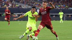 Striker AS Roma, Patrik Schick, berusaha melewati bek Barcelona, Juan Brandariz, pada laga International Championship Cup di Stadion AT&T, Texas, Selasa (31/7/2018). AS Roma menang 4-2 atas Barcelona. (AFP/Richard Rodriguez)