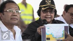 Menteri LHK,  Siti Nurbaya memberikan paparan saat meninjau langsung pulau hasil reklamasi di pantai utara Jakarta, Rabu (4/5). Reklamasi dilakukan pengembang PT Kapuk Naga Indah (KNI). (Liputan6.com/Faizal Fanani)