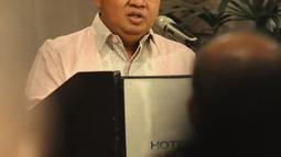 Wadirut Bank Mandiri Sulaiman Arif Arianto memberi paparan saat penandatanganan sinergi penguatan modal Bank Mantap di Jakarta, Selasa (18/12). Bank Mandiri dan Taspen memberi suntikan modal Rp 500 miliar kepada Bank Mantap. (Liputan6.com/Angga Yuniar)