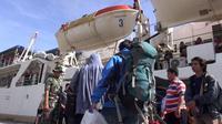Harga tiket pesawat yang masih mahal membuat para pemudik dari Gorontalo mengalihkan moda transportasinya menggunakan kapal laut. (Liputan6.com/Andri Arnold)