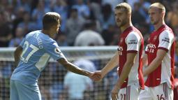 Barisan belakang Arsenal pun menjadi sorotan karena dalam pertandingan kali ini Arsenal menurunkan lima bek sekaligus untuk meredam serangan Manchester City. (Foto: AP/Rui Vieira)