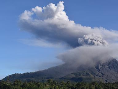 Gunung Sinabung mengeluarkan erupsi asap tebal ke udara di Karo, Sumatera Utara, Minggu, (23/8/2020). Untuk kesekian kalinnya Gunung Sinabung kembali erupsi dengan menyemburkan abu vulkanis ke udara hingga radius 2 kilometer. (ANTO SEMBIRING / AFP)