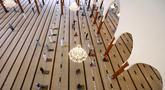 Jemaah menjaga jarak ketika salat di sebuah masjid di Sharjah setelah Uni Emirat Arab membuka kembali tempat-tempat ibadah pada Rabu (1/7/2020). Sebelumnya UEA menghentikan sementara salat berjemaah di masjid-masjid dan tempat ibadah lainnya untuk menghentikan penyebaran Covid-19. (KARIM SAHIB/AFP)