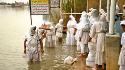 Pengikut agama Sabean Mandaean melakukan ritual di Sungai Tigris saat perayaan Banja atau Pesta Kreasi, Baghdad, Irak, Senin (15/3/2021). Pengikut Sabean Mandaean memandang Yohanes Pembaptis sebagai nabi utamanya. (AP Photo/Hadi Mizban)