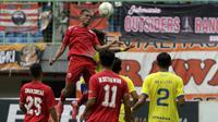 Gelandang Persija Jakarta, Bruno Matos, menyundul bola saat melawan 757 Kepri Jaya pada laga Piala Indonesia di Stadion Patriot Bekasi, Jawa Barat, Rabu (23/1). Persija menang 8-2 atas Kepri. (Bola.com/Yoppy Renato)