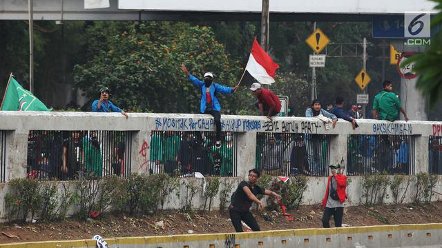 Polisi Tembakkan Gas Air Mata Bubarkan Demo Mahasiswa di Depan DPR