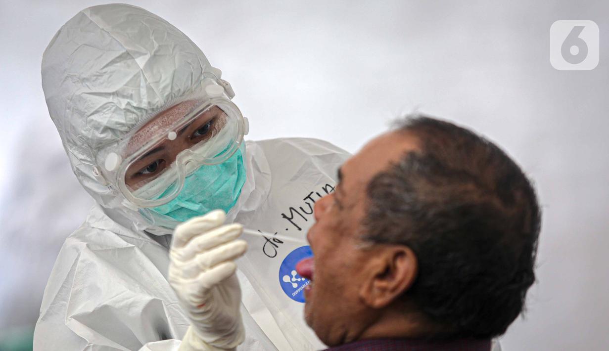 Petugas medis melakukan tes usap PCR COVID-19 kepada warga di Puskesmas Kecamatan Duren Sawit, Jakarta, Kamis (22/7/2021). Pemerintah dalam waktu dekat akan meningkatkan testing dan tracing di wilayah padat penduduk. (Liputan6.com/Faizal Fanani)