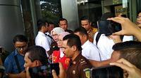 Ratna Sarumpaet mengenakan rompi tahanan kejaksaan (liputan6.com/Ady Anugrahadi)