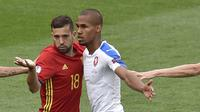 Bek Spanyol, Jordi Alba, beradu badan dengan bek Republik Ceska, Teodor Gebre. Sepanjang laga Spanyol melakukan tendangan ke arah gawang sebanyak delapan kali. (AFP/Pascal Pavani)