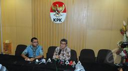 Plt Komisioner KPK, Johan Budi SP saat ditanya oleh wartawan saat konferensi pers di Gedung KPK, Jakarta, Jumat (10/4/2015). KPK menangkap anggota Komisi IV DPR dari Fraksi PDI Perjuangan, Adriansyah di Swiss Belhotel Bali. (Liputan6.com/Herman Zakharia)