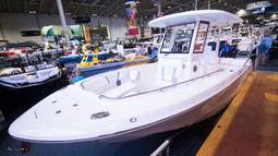 Salah satu jenis perahu dipamerkan dalam Pameran Perahu Internasional Toronto 2020 di Toronto, Kanada, Jumat (17/1/2020). Lebih dari 1.200 unit perahu dipamerkan dalam acara tersebut. (Xinhua/Zou Zheng)