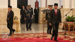 Presiden Jokowi bersiap melantik jajaran Komite Ekonomi dan Industri Nasional (KEIN) yang dipimpin Soetrisno Bachir sebagai Ketua di Istana Negara, Jakarta, Rabu (20/1). Pembentukan KEIN sesuai Perpres Nomor 8 Tahun 2016. (Liputan6.com/Faizal Fanani)