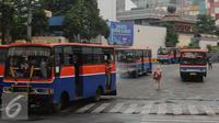 Sejumlah angkutan umum melintas di depan terminal Blok M Jakarta, Kamis (31/3/2016). Pemerintah berencana menurunkan tarif angkutan umum pasca penurunan harga BBM, 1 April mendatang. (Liputan6.com/Helmi Fithriansyah)