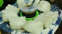 Keraton Kasepuhan Cirebon memiliki kuliner apem langka yang tidak sama pembuatannya dengan yang biasa dijual di pasaran. (Liputan6.com/Panji Prayitno)