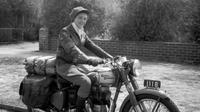 Wanita Ini Nekat Melintasi Padang Pasir Yang Panas Saat Riding. (Foto: Royal Enfield)
