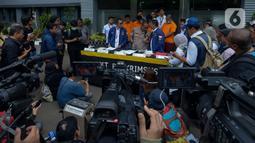 Polda Metro Jaya menggelar konferensi pers kejahatan sindikat pembobolan rekening lewat kartu ATM di Polda Metro Jaya, Jakarta, Selasa (10/3/2020). Dari penangkapan itu polisi menyita sejumlah barang bukti berupa ratusan kartu ATM, buku tabungan dan sejumlah uang tunai. (merdeka.com/Imam Buhori)