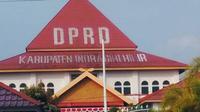 Bendera Merah Putih yang semestinya berkibar saat peringatan HUT ke-73 RI, malah absen di komplek kantor wakil rakyat di Indragiri Hilir, Riau. (dok. Istimewa/M Syukur)