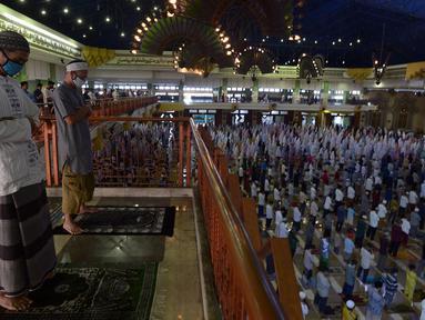 Jemaah mengenakan masker saat melaksanakan salat Idul Adha 1441 H di Masjid Raya Jakarta Islamic Centre, Jumat (31/7/2020). Di tengah pandemi COVID-19, jemaah diwajibkan memakai masker dan mengatur jarak salat serta mematuhi protokol kesehatan. (merdeka.com/Imam Buhori)
