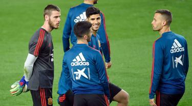 Kiper Spanyol David de Gea (kiri) berbincang dengan rekan-rekannya selama sesi pelatihan di stadion Mestalla di Valencia (22/3). Spanyol akan bertanding melawan Norwegia pada grup F kualifikasi Euro 2020. (AFP Photo/Jose Jordan)