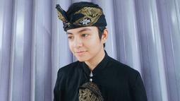 Ia juga pernah memosting fotonya tengah menggunakan baju adat khas suku sasak dari Lombok berwarna hitam. (Sumber: IG/@anggayunandareal16)