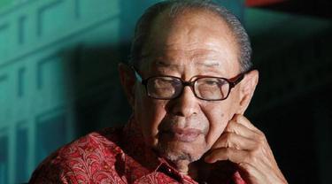 Guru Besar Fakultas Hukum Unair Surabaya Jacob Elfinus Sahetapy. (Dian Kurniawan/Liputan6.com)