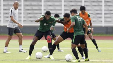 Pemain Timnas Indonesia U-22, Marinus Wanewar, berebut bola dengan Andy Setyo saat latihan di Stadion Madya Senayan, Jakarta, Selasa (29/1). Latihan ini merupakan persiapan jelang Piala AFF U-22. (Bola.com/Yoppy Renato)