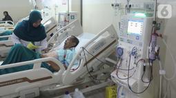 Perawat memeriksa kondisi pasien yang sedang cuci darah menggunakan alat Fresenius Medical Care dan B Braun di Ruang Hemodialisis RSUD Tangerang Selatan, Banten, Rabu (6/11/2019). Menurut Permenkes No 30 Tahun 2019, cuci darah hanya boleh dilakukan rumah sakit tipe A dan B. (merdeka.com/Arie Basuki)