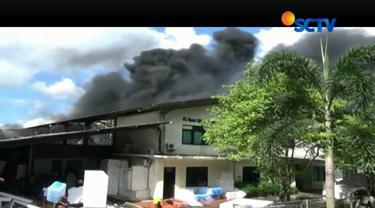 Menurut saksi mata, api diduga berasal dari percikan api alat las.