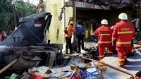 Pesawat tempur TNI AU jenis Hawk TT-0209 jatuh di Perumahan Sialang Indah, Desa Kubang Jaya, Kabupaten Kampar, Riau. (Liputan6.com/ M Syukur)