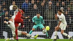 Gelandang Bayern Munchen, Serge Gnabry, melepaskan tendangan saat melawan Tottenham pada laga Liga Champions di Stadion Tottenham, London, Selasa (1/10). Tottenham kalah 2-7 dari Munchen. (AFP/Glyn Kirk)