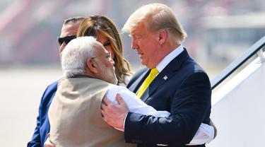 Perdana Menteri India, Narendra Modi (kiri) memeluk Presiden AS Donald Trump saat menyambut kedatangannya di Bandara Internasional Sardar Vallabhbhai Patel di Ahmedabad, Senin (24/2/2020). Trump tiba di India setelah melewati perjalanan panjang selama 17 jam dari Amerika Serikat. (MANDEL NGAN/AFP)